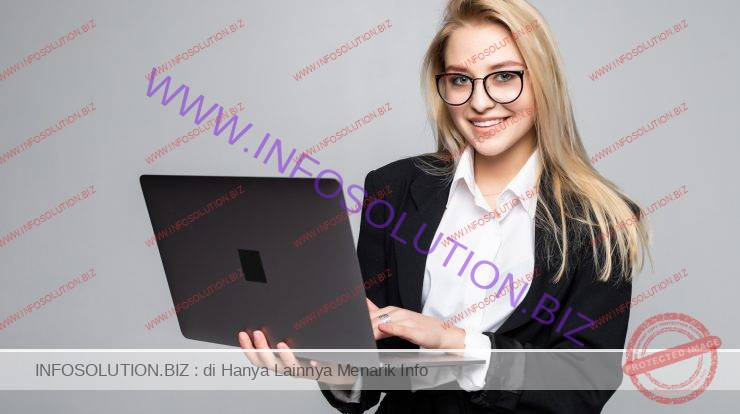 Young happy smiling businesswoman holding laptop isolated Free Photo