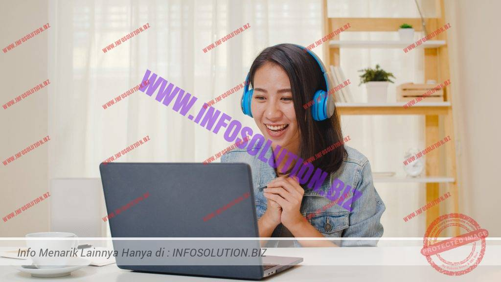 Freelance business women casual wear using laptop working call video conference with customer in workplace in living room at home. happy young asian girl relax sitting on desk do job in internet. Free Photo